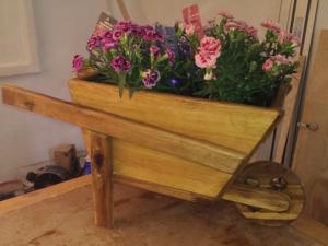 Die bepflanzte Holzschubkarre