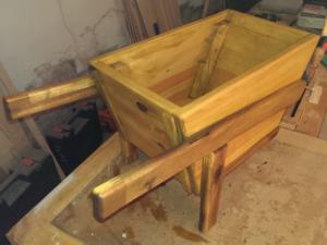 Holzschubkarre geölt